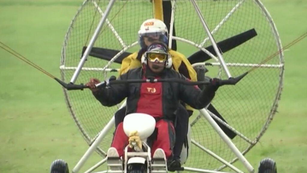 Una mujer cumple su sueño de volar en ultraligero con sus gansos antes de quedarse ciega