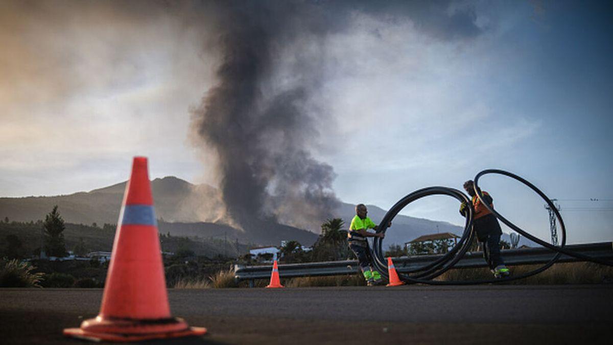 La fase más explosiva del volcán confina varias localidades e impide la labor de los bomberos