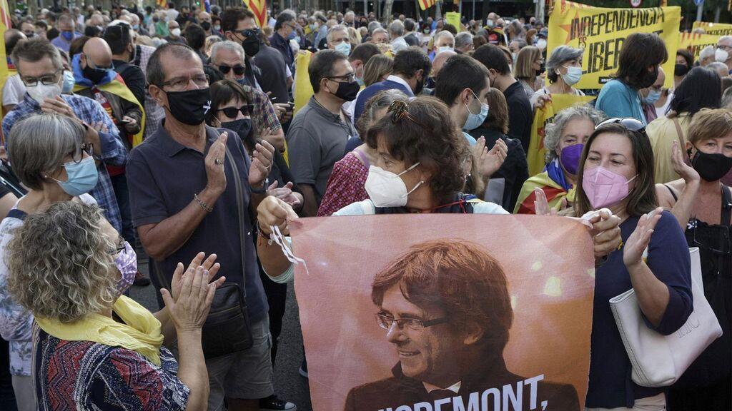 Cientos de personas protestan frente al consulado de Italia por la detención de Puigdemont