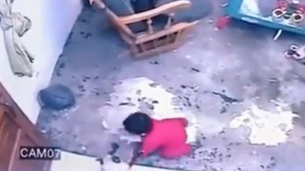 Las increíbles imágenes de cómo un gato salva a un bebé de caer por las escaleras