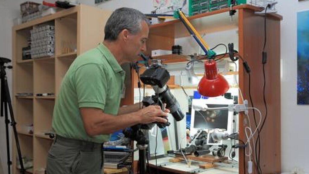 Facundo Cabrera, realizando sus microfotografías
