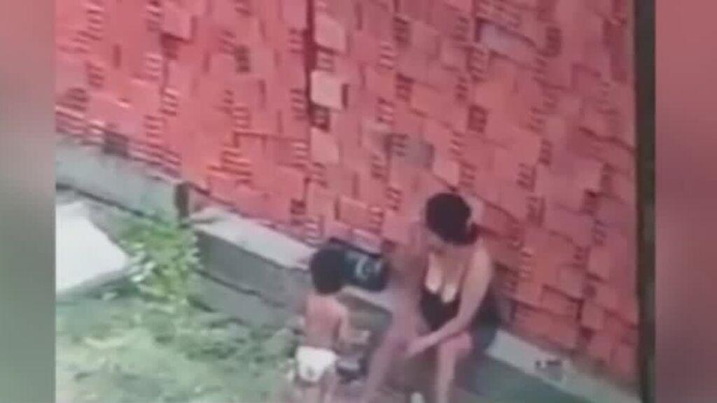 Una madre salva la vida de su hijo al protegerle cuando se les caía un muro encima