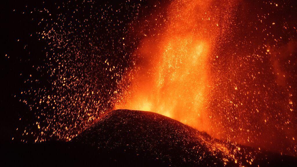 """El cono del volcán de La Palma se rompe y deja """"una colada enorme"""" que va en dirección al mar"""