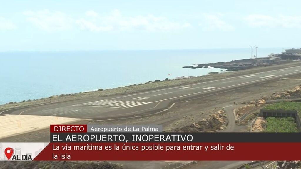 El aeropuerto de La Palma, inoperativo por el volcán: colas para salir y entrar en barco de la isla