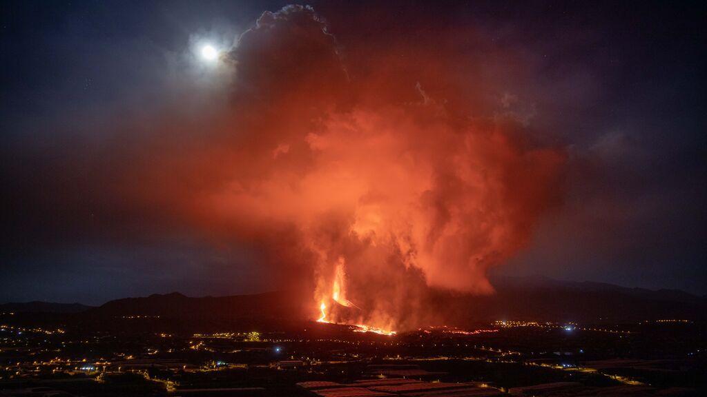 El volcán de La Palma intensifica su actividad pero dentro de una erupción típica canaria