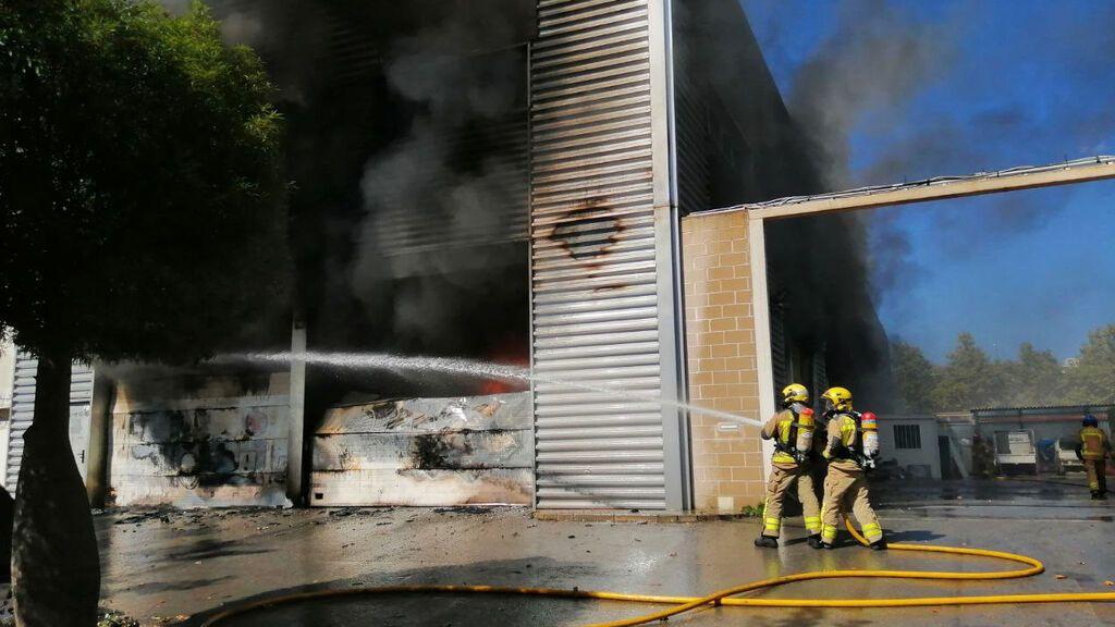 Un incendio afecta una nave industrial en Castelldefels y amenaza al resto del polígono