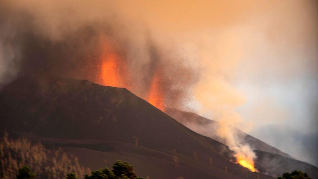 La lava del volcán de La Palma ralentiza su velocidad: hay al menos tres puntos de emisión simultáneos