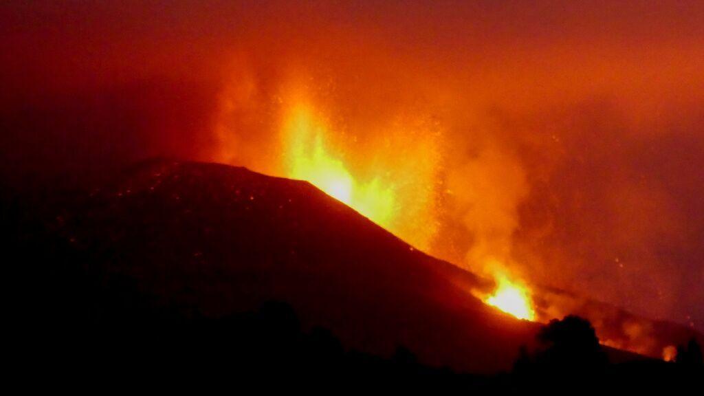 La lava del volcán de La Palma toma velocidad: avanza hacia la costa e irrumpe de forma agresiva en Todoque