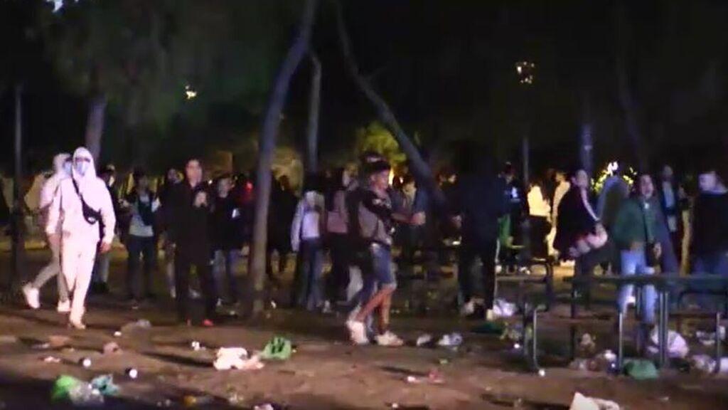 Lanzamiento de objetos a la Policía en un macrobotellón fuera de control en Madrid