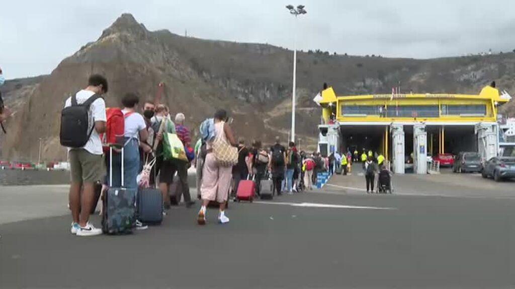 El aeropuerto de La Palma recupera la operatividad tras la limpieza de ceniza