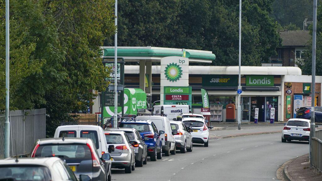 """Crisis de combustible en Reino Unido: los sanitarios en riesgo de """"no poder llegar a trabajar"""""""