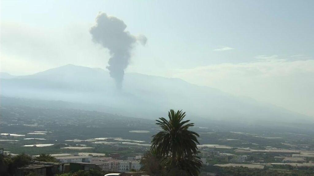 El volcán de La Palma vuelve a echar humo