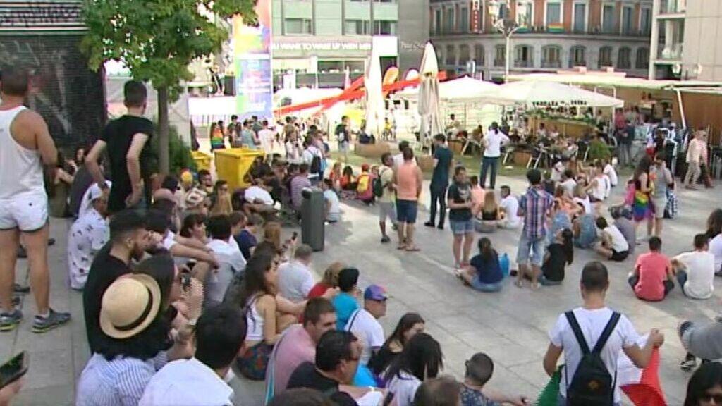 La bandera LGTBI ondeará de forma permanente en la plaza Pedro Zerolo