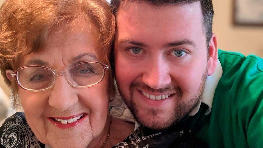 """Una abuela le crea un perfil de Tinder a su nieto para conseguirle novia: """"es desordenado y un cocinero inútil"""""""