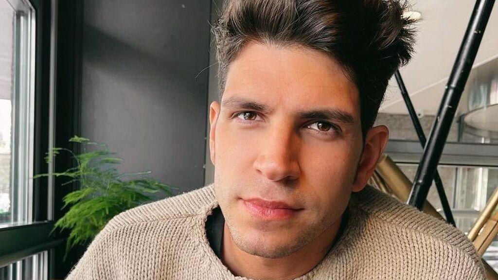 Diego Matamoros se somete a un cambio de look radical y se tiñe el pelo de color azul