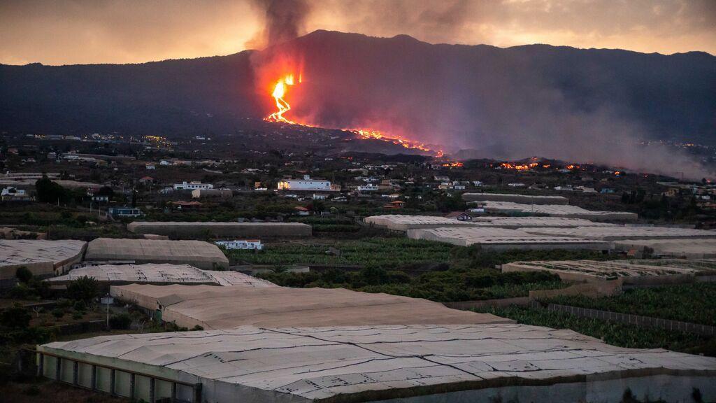 La quema de plásticos y fertilizantes de invernaderos genera una nube tóxica en La Palma