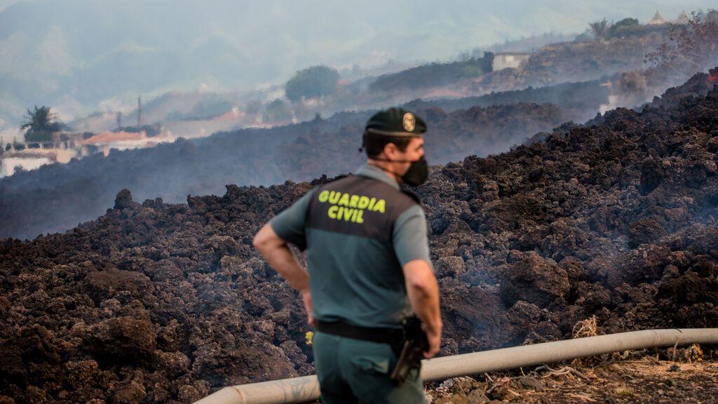 La lava alcanza la carretera de la costa en La Palma y sigue avanzando hacia el mar