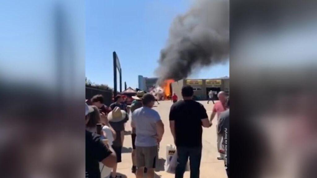 Un depósito de gas vuela por los aires en una feria de coches en Texas