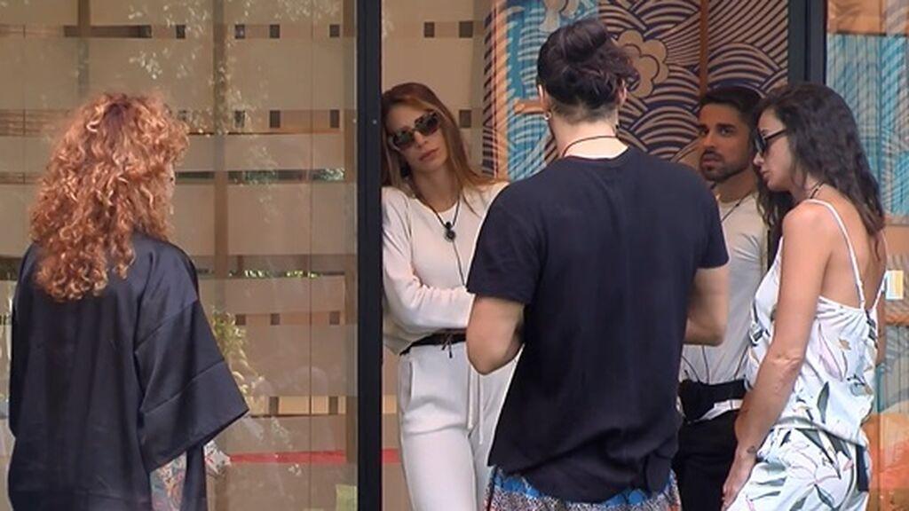 Luca explica a sus compañeros la situación