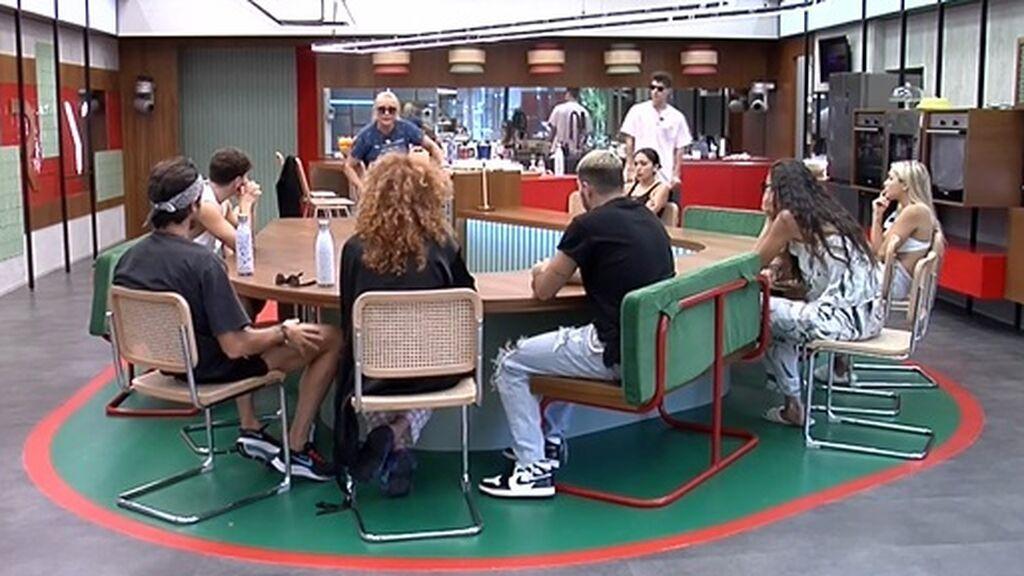 Lucía habla con sus compañeros