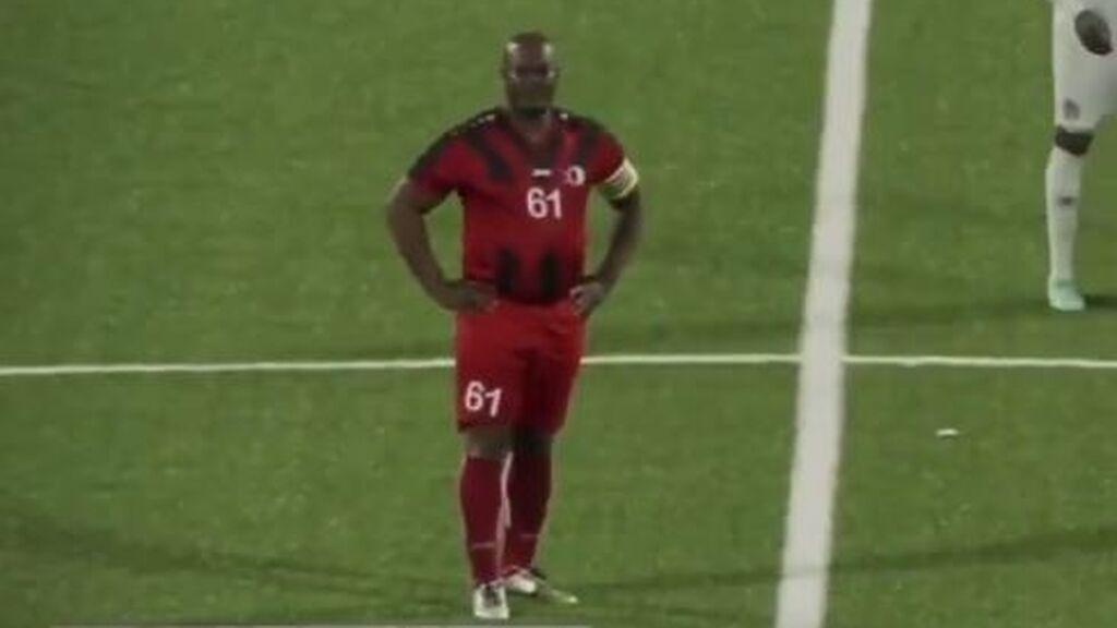 Buscado por la Interpol y con 50 hijos: el surrealista caso del vicepresidente de Surinam, que ha debutado como futbolista a los 60