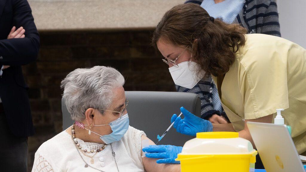 Galicia propone administrar a la vez la vacuna de refuerzo y la de la gripe a mayores de 80 años