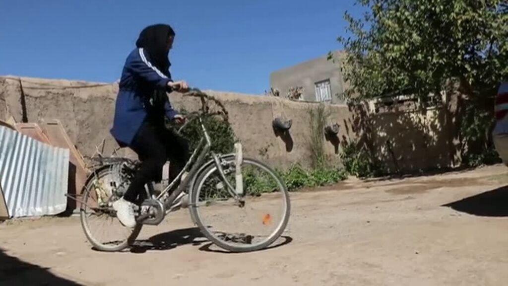 Sharara Sarwari, la ciclista afgana que no puede salir de casa para montar en bici desde el control talibán