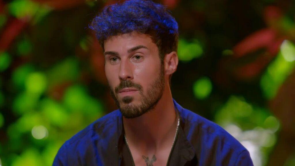 """Alejandro estalla contra Mayka tras ver cómo presume de que cuatro de sus compañeros quieren tener sexo con ella: """"Me da vergüenza"""""""