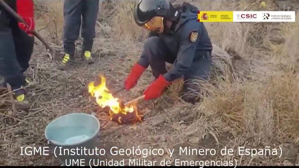 Recogida de muestras de lava en el volcán de La Palma