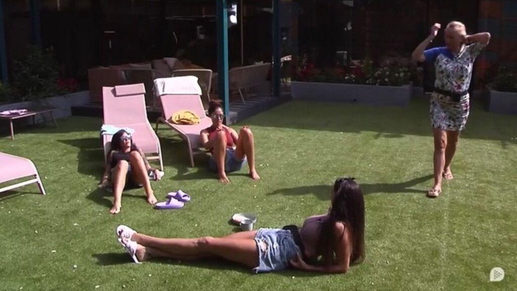 Las chicas, en el jardín