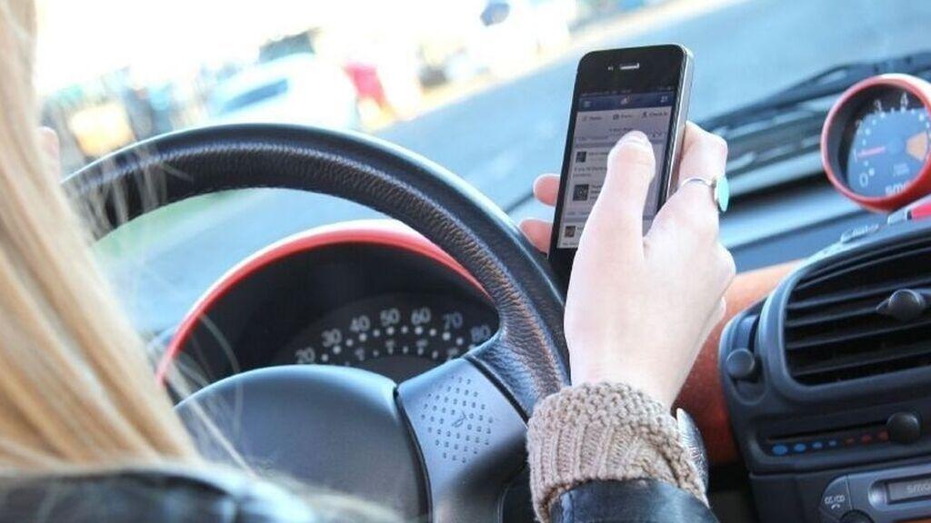 La lista de las multas de la nueva del de Tráfico: 6 puntos por sujetar el móvil