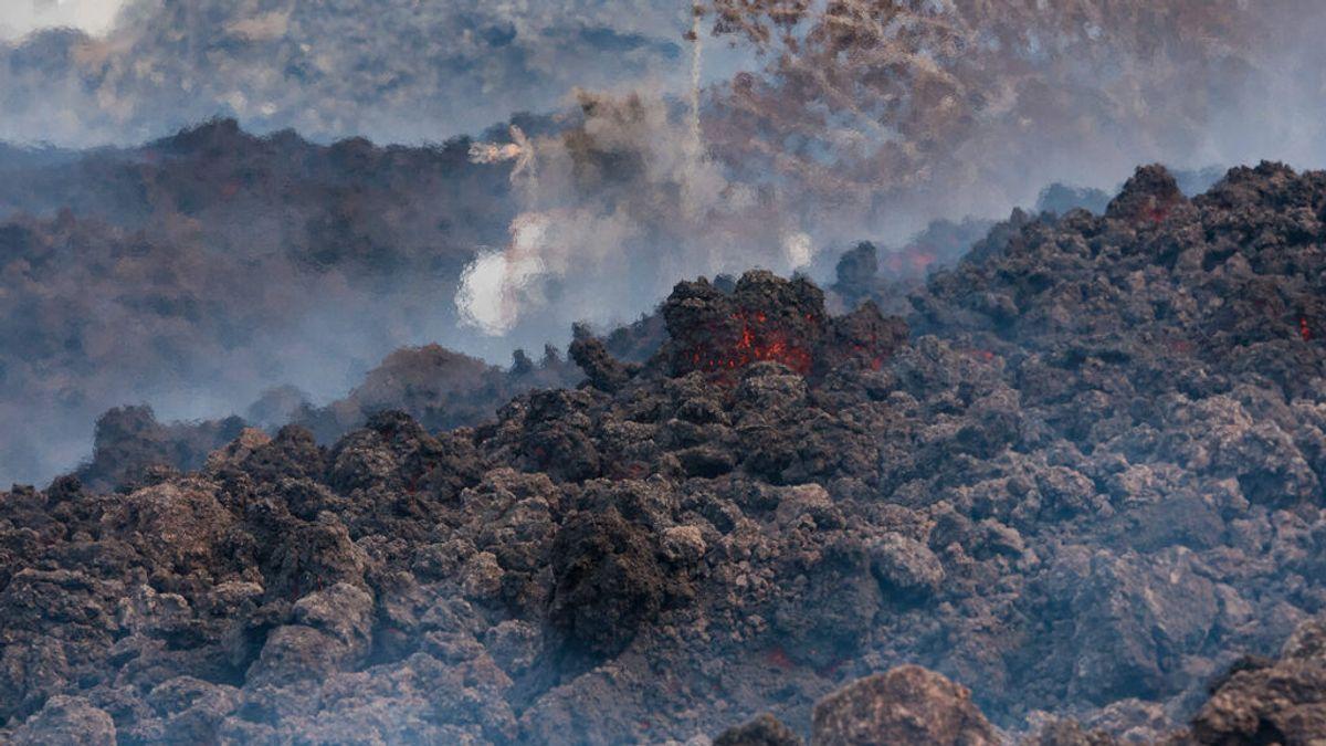 """Un reportero aficionado se quema la mano tras tocar una piedra volcánica: """"Recién hecha al horno"""""""