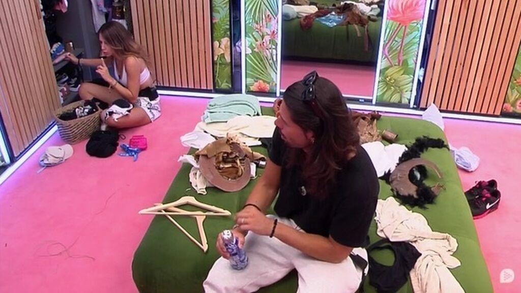 Cristina escucha la conversación de Lucía