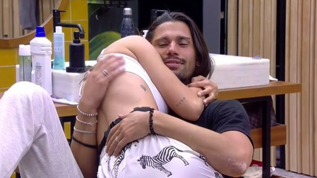 Cris y Luca se abrazan