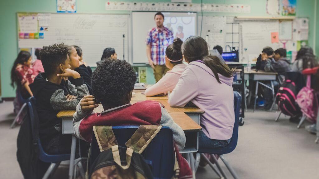 """Un profesor critica a los alumnos que van en chándal a clase y abre un gran debate en Twitter: """"Mejor ir cómodo"""""""