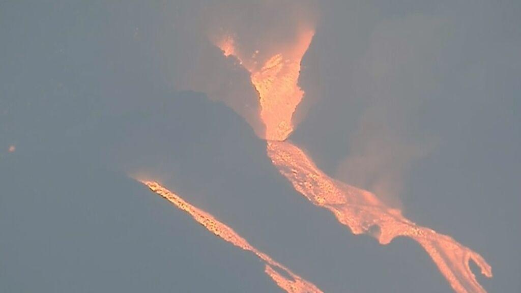 El nuevo canal de lava discurre por zona nueva en La Palma y aumenta la destrucción en la isla