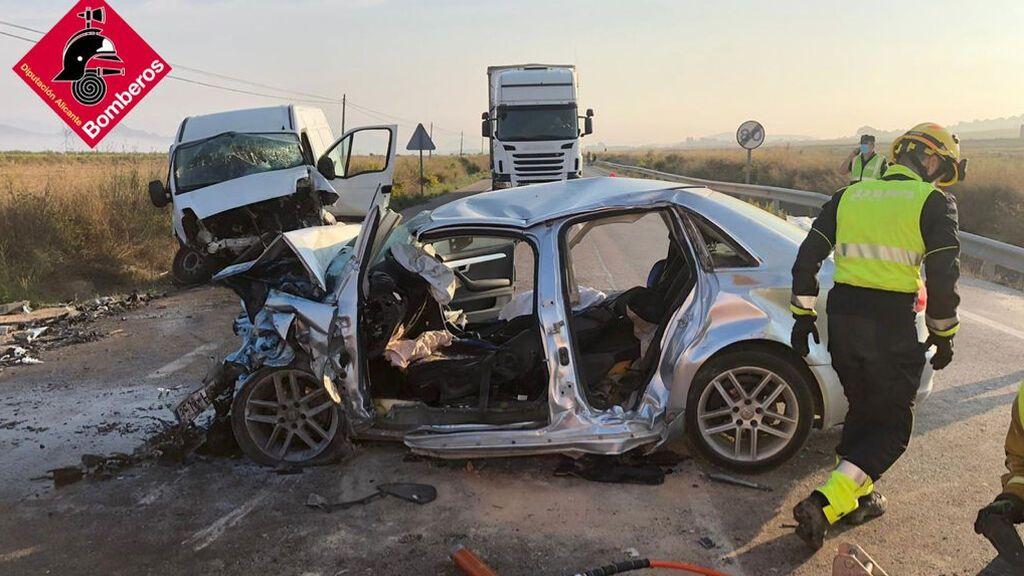 Dos fallecidos y cuatro heridos en un accidente entre un coche y una furgoneta en El Pinós
