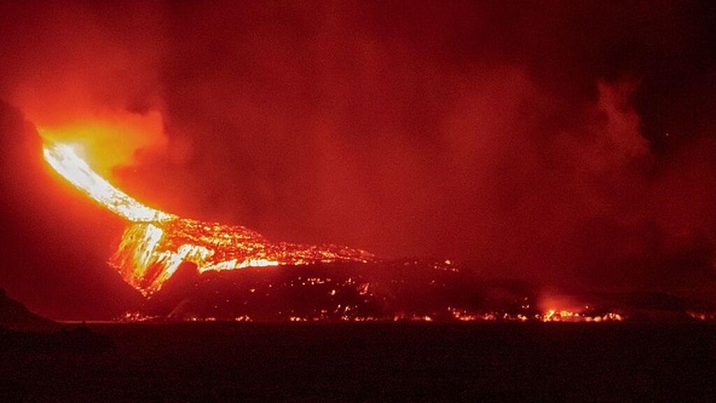 La nueva boca del volcán de Cumbre Vieja abre otro río de Lava en La Palma