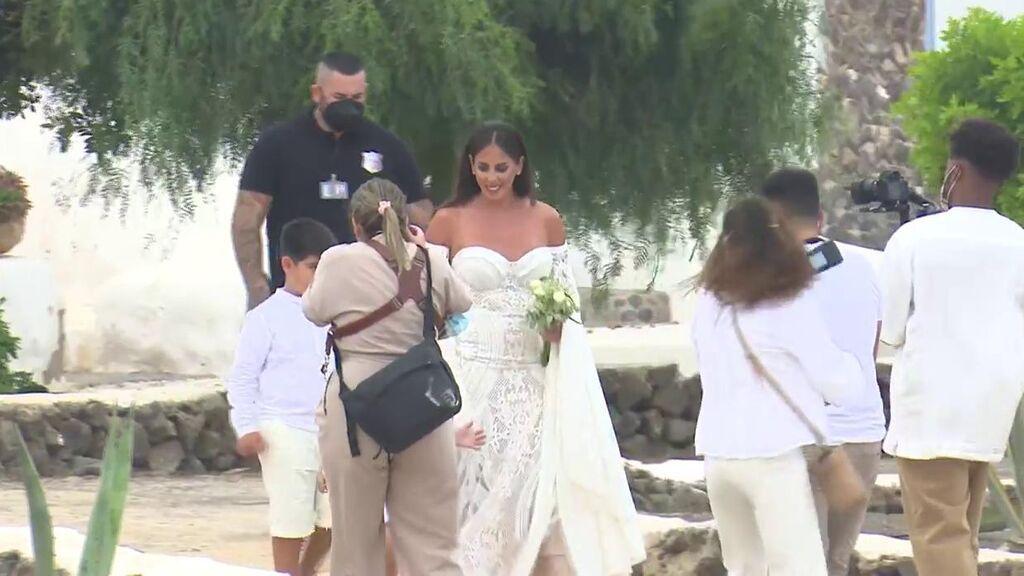 El paseo de Anabel Pantoja y Omar Sánchez hacia el altar: así llegaron los novios al enlace