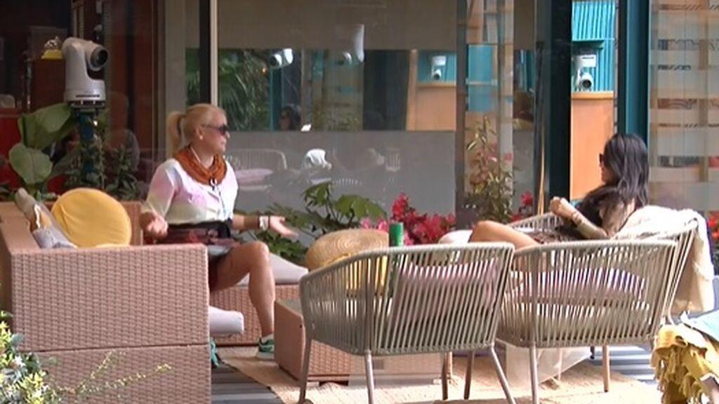 Lucía y Fiama hablan en el jardín
