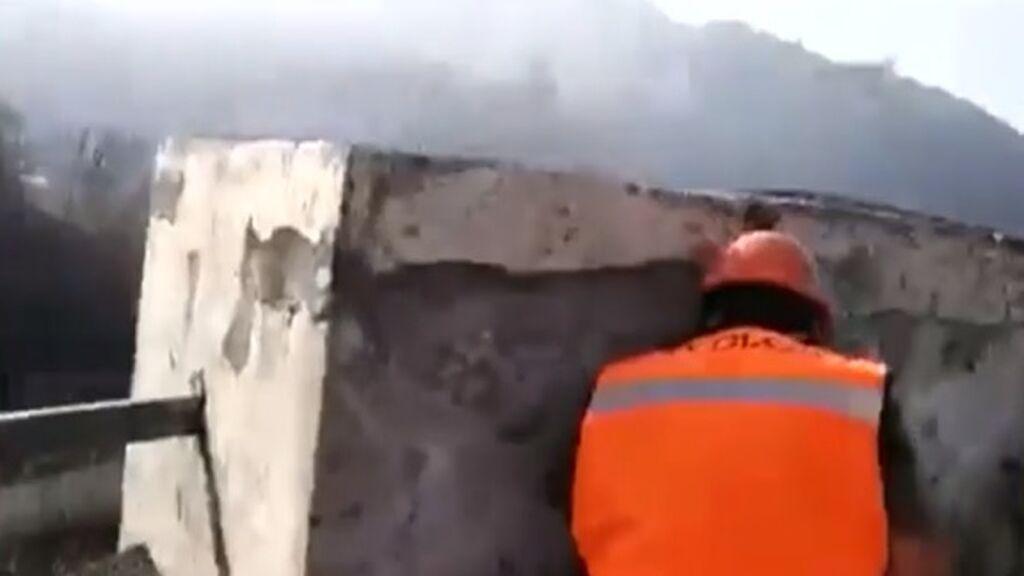 Una explosión del volcán de La Palma sorprende a un equipo de científicos y tienen que ponerse a cubierto