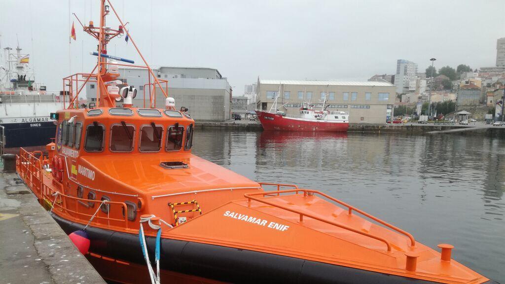 Trasladan al puerto de Algeciras a 51 personas, entre ellas varios menores, rescatadas de una patera