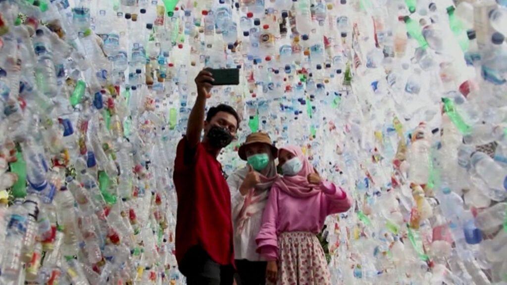 Un museo indonesio expone desechos de plástico para concienciar sobre los mares contaminados