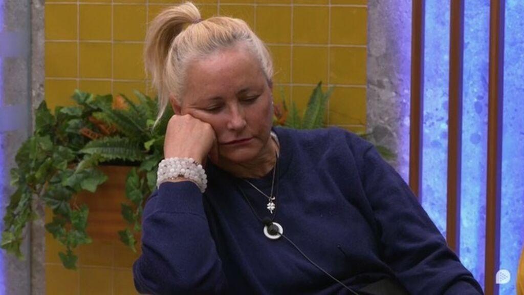 Lucía, medio dormida en el baño