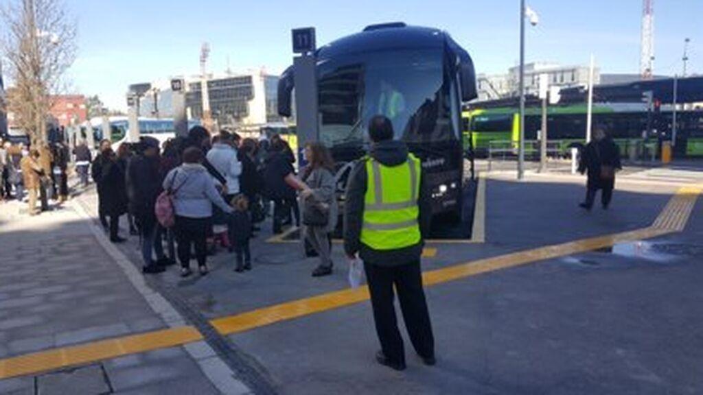 Viajeros hacen cola para subir al autobús en Bilbao.