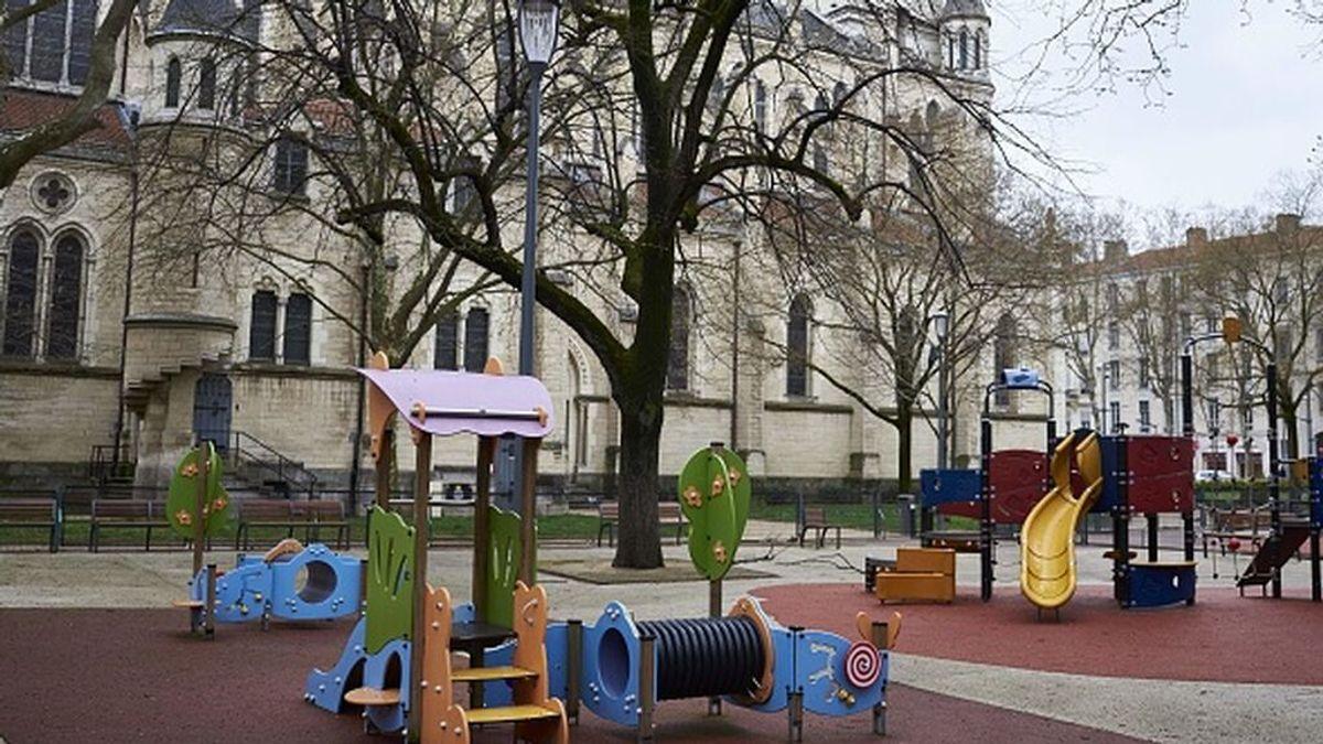 Iglesia con un parque para niños en Lyon