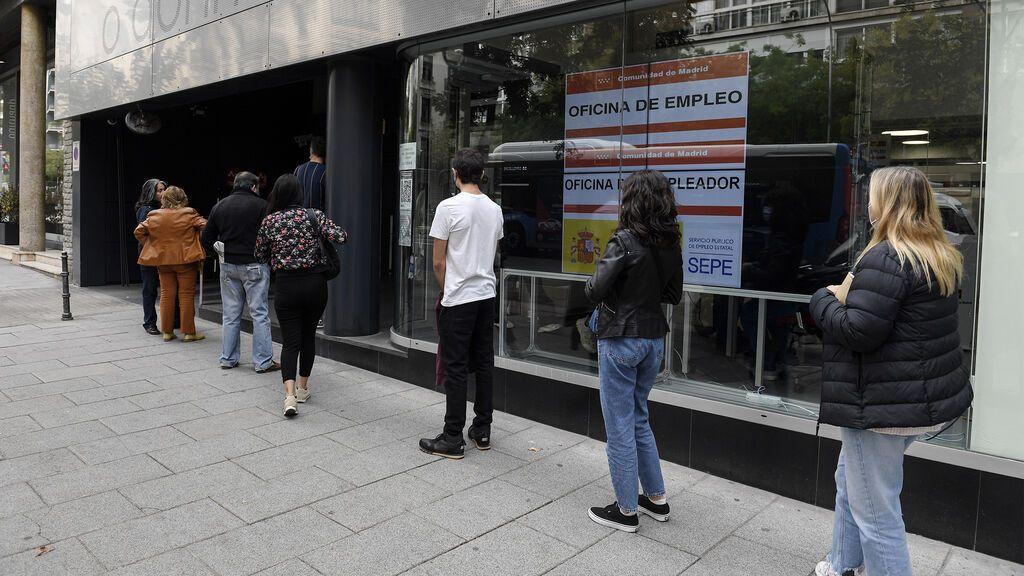 EuropaPress_3981998_varias_personas_hacen_cola_oficina_servicio_publico_empleo_estatal_sepe_dia