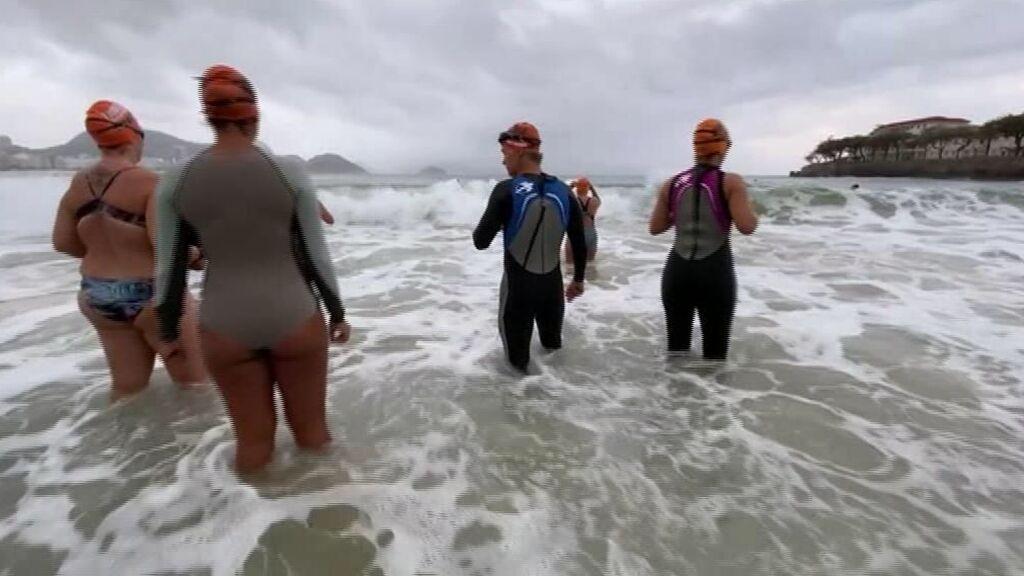Expertos brasileños en salud mental prescriben nadar en Copacabana para levantar el ánimo