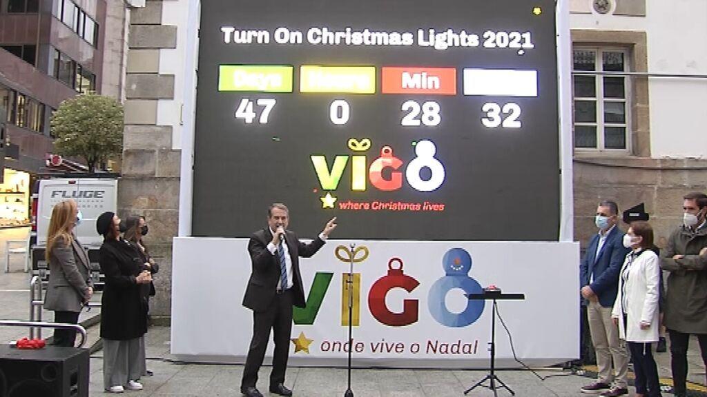Una pantalla gigante con un reloj marca la cuenta atrás para el encendido del alumbrado navideño en Vigo