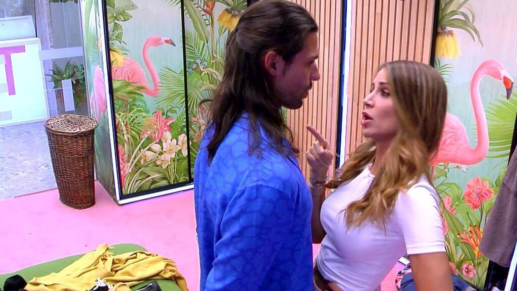"""La primera pelea entre Cristina Porta y Luca Onestini y Emmy Russ es el detonante: """"Me dejas con el culo al aire"""""""